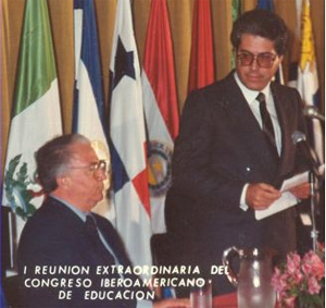 Escotet delivering the keynote speech at the Special Meeting of the Iberoamerican Congress of Education. Next to him, the President of Colombia, Belisario Betancur
